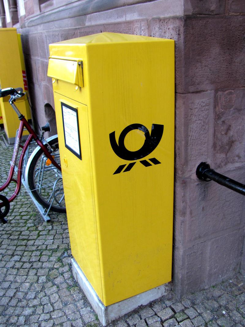 Verschickt über die Post sowohl Briefe als auch Pakete, für Geld gibt es jedoch bessere Alternativen.