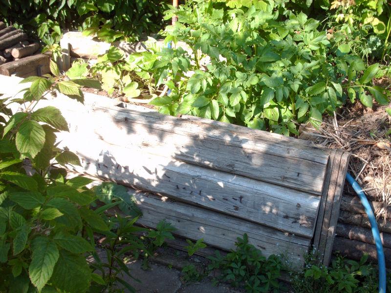 Ein Hochbeet aus alten Balken.